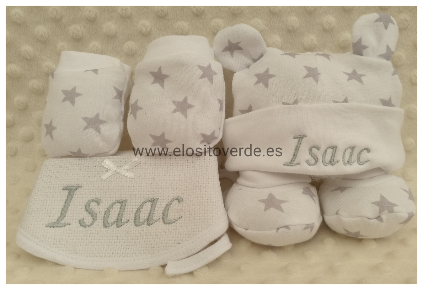 453d3490067f1 Conjunto recién nacido babero manoplas patucos y gorro bordados gris  estrellas.jpg